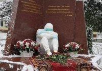 В Махачкале окрыли памятник медикам, погибшим в борьбе с коронавирусом