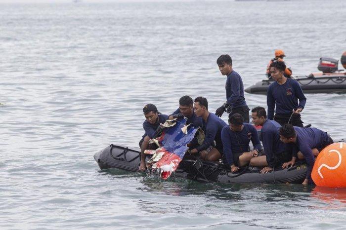Расследование авиакатастрофы в Индонезии продолжается.