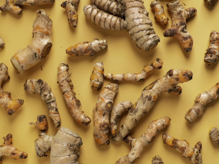 Диетолог советует приготовить чай с куркумой или приправить ею обжаренные овощи или омлет