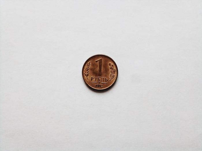 Другими валютами с наиболее заниженным курсом стали гонконгский доллар (на 46,8%) и турецкая лира (на 39,7%)