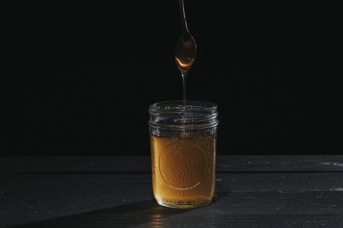 C медом нередко связывают завышенные ожидания и приписывают ему разнообразные полезные свойства