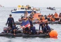 В Индонезии продлили поиски на месте крушения самолета