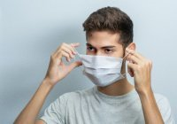 Привившимся от коронавируса рекомендовали носить маски