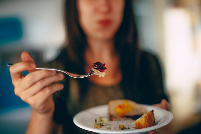 Человек с расстройством пищевого поведения, говорит Павлова, постоянно думает о еде