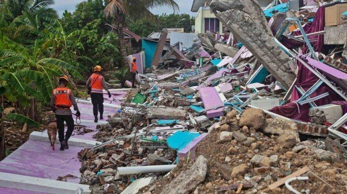 Природные стихии в Индонезии унесли жизни почти сотни человек.