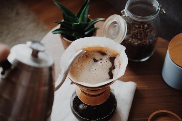 Кофеин, содержащийся в кофе, помогает бороться с акне и отеками