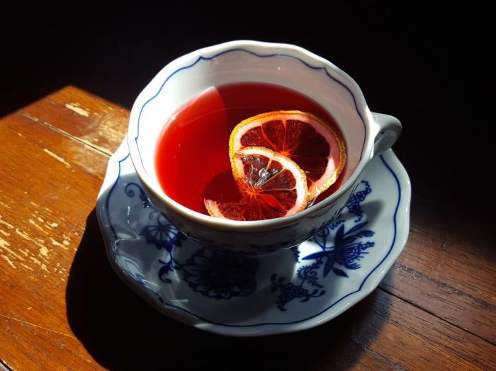 Специалисты также отметили пользу настоя чайного гриба, который богат пробиотиками, и красного чая из гибискуса