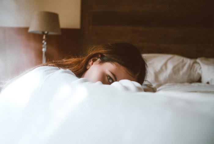 По словам медика, прием любых снотворных препаратов без назначения специалиста имеет свои риски