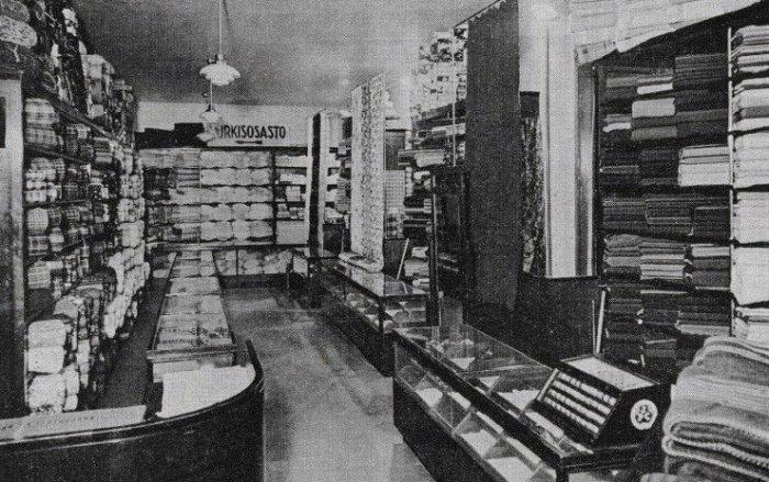 Витрина магазина Ахсена Бёре в Тампере 1930-е гг. Фото из книги Микко Суикканена