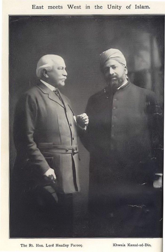 Восток встречается с Западом под лоном ислама. Лорд Хедли Фарук со своим духовным наставником Ходжой Камаладдином. 1913 год. Фото из официального сайта миссии Уокинга