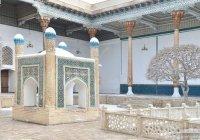 Президент Узбекистана прослушал суры Корана в мавзолее Бахауддина Накшбанда