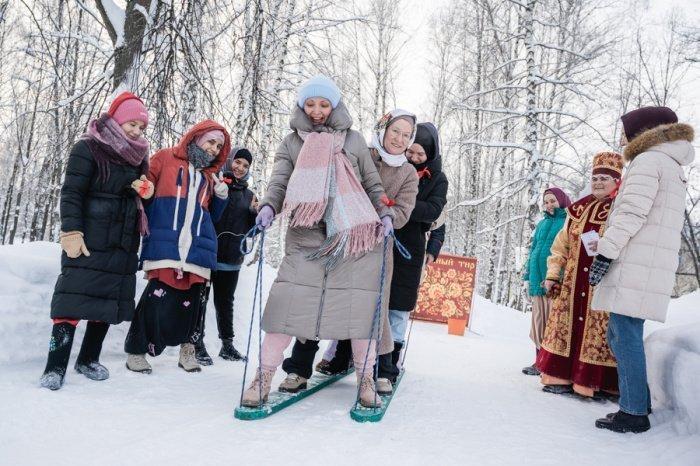 Для молодежи подготовлены 3 площадки для отдыха: зона для катания на лыжах, кинозал, а также пространство для общения с наставниками в формате вопрос-ответ