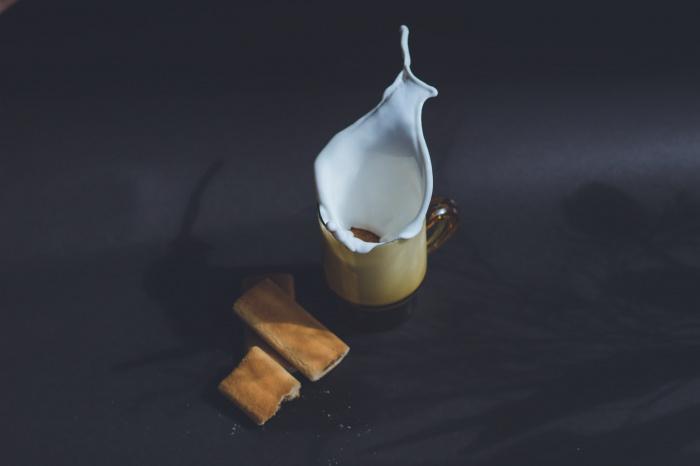 В состав парного молока также входят эстрогены, способные навредить здоровью ребенка