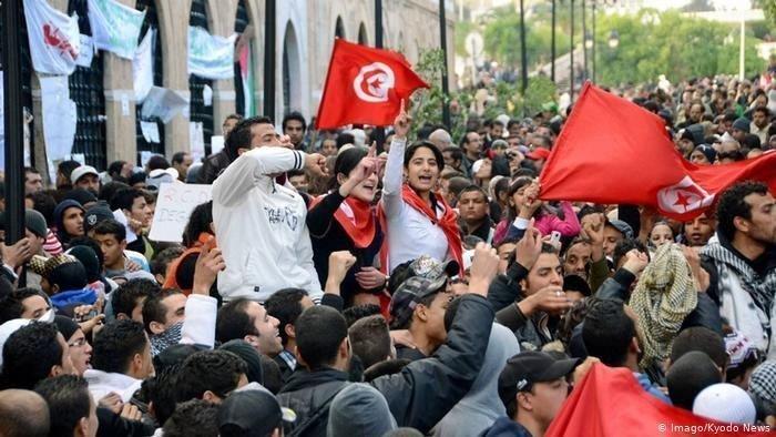 Беспорядки с требованием отставки правительства и парламента продолжаются в Тунисе.