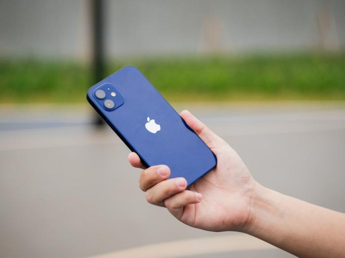 В корпорации Apple советуют держать любой iPhone 12 и аксессуары MagSafe на безопасном расстоянии (15-30 см)