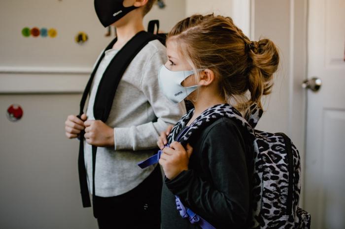 По словам иммунолога, уже сейчас можно снять маски на улицах, потому что на прогулках, на природе вероятность заражения низка
