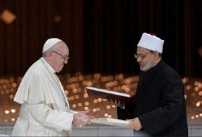 Папа Франциск и Шейх Ахмад аль-Таййиб в момент заключения Завета (Источник фото: vaticannews.va)
