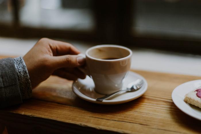 Потребление кофе способно позитивно влиять на функцию слуха из-за антиоксидантов и противовоспалительных свойств некоторых соединений, содержащихся в напитке