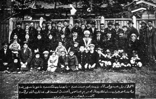 Татарская община Нагоя. Во время визита Гаяза Исхаки. 17 января 1934. Гаяз Исхаки и мулла Ахмет Арслан (второй ряд в центре), Тимербай Хамидуллах (третий ряд крайний слева).