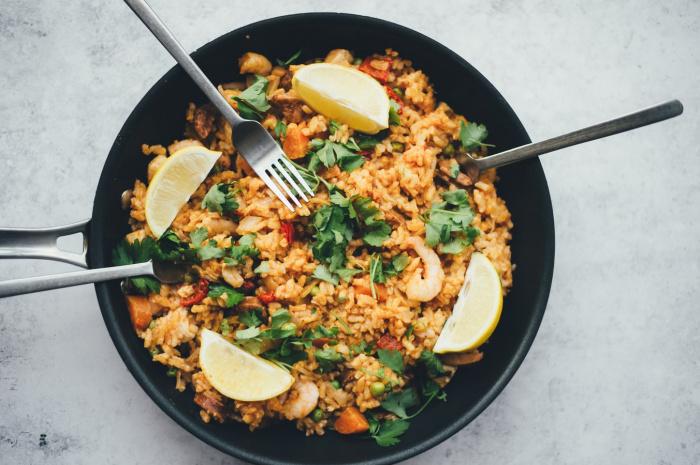 К снижению уровня холестерина приводит употребление орехов, дикого риса, морепродуктов, чеснока, льняного масла