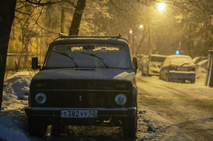 Некоторые автомобилисты в светлое время суток включают только дневные ходовые огни, а задние габаритные огни при этом не горят (Фото: unsplash.com)