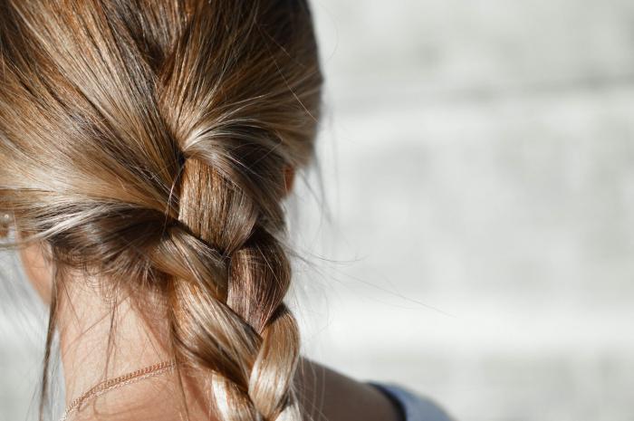 Рекомендации по поводу мытья головы можно найти совершенно разные, при этом многие из них уже безнадежно устарели (Фото: unsplash.com)