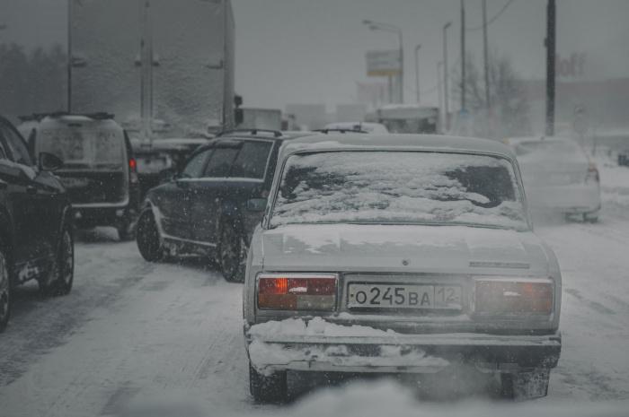 При низких температурах страдает испаряемость бензина, и это, в свою очередь, влияет на продолжительность прогрева и легкость запуска (Фото: unsplash.com)