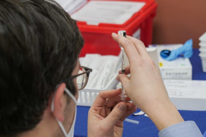 Иммунная система человека работает так, что если организм помнит инфекцию и человек заболевает, то активируется память и начинает усиленно выделять антитела (Фото: unsplash.com)