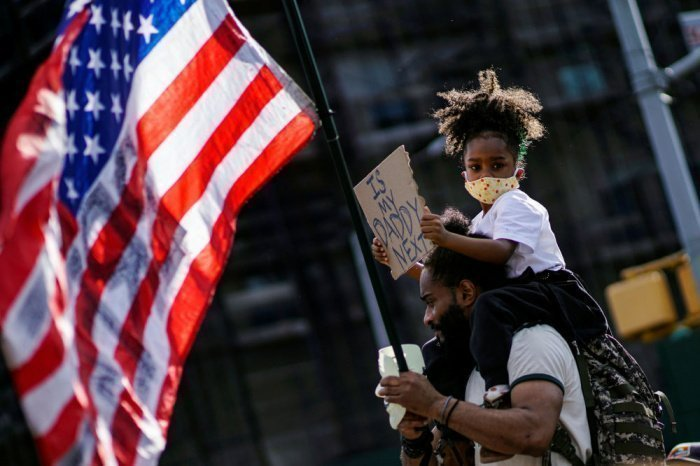 Власти США обязались усилить борьбу с расизмом.