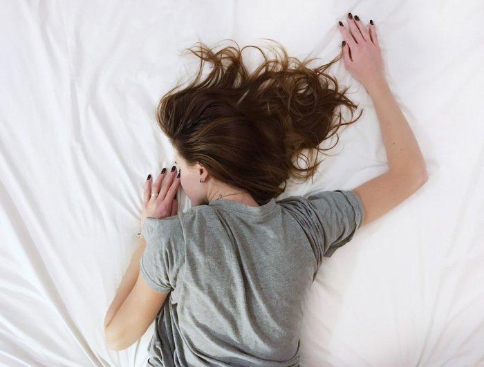 Хронический недосып влияет на гормональное регулирование всех обменных процессов (Фото: unsplash.com)