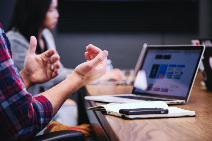 Профессор Джереми Бейленсон предлагает несколько действенных способов избежать усталости от онлайн-общения (Фото:unsplash.com)
