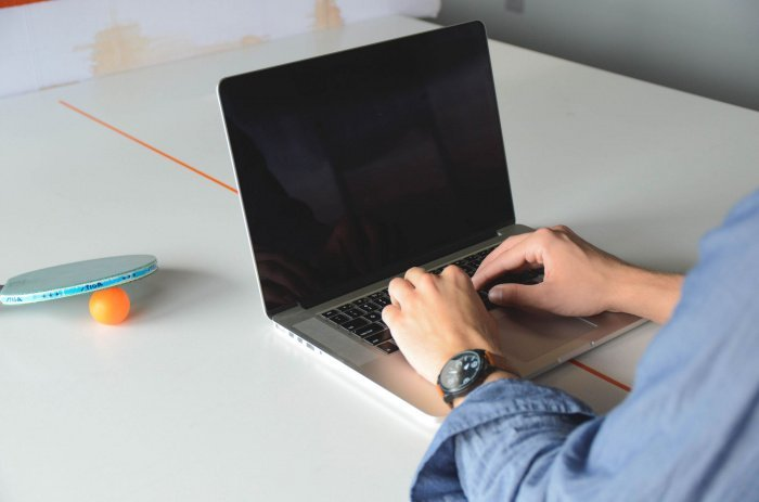 При использовании гаджетов происходит сдавливание, отек или пережатие срединного нерва в запястном канале (Фото:isorepublic.com)