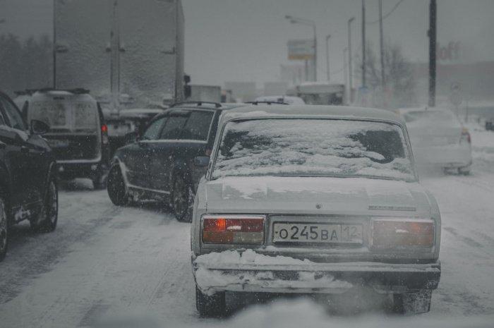 Счищая с машины тяжелый, пропитанный водой снег, можно повредить лакокрасочное покрытие