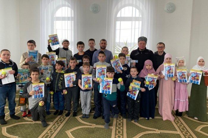 Всем участникам мероприятия были вручены подарки и книги.