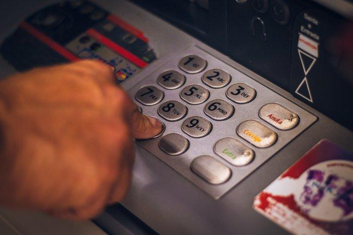 Если фальшивка обнаружена вне зоны действия камер, то необходимо зафиксировать номер банкомата (Фото:unsplash.com)