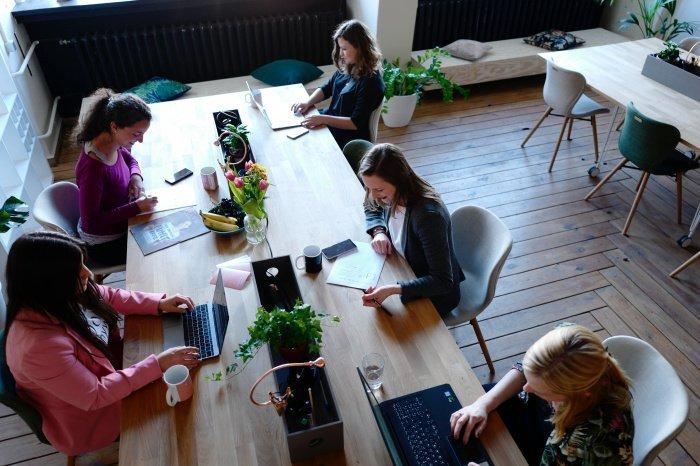 51,2% россиян негативно оценивают возможность работы под руководством женщины (Фото: unsplash.com).