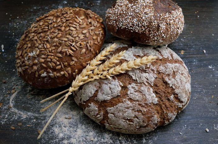 Диетолог советует отдавать предпочтение цельнозерновому хлебу (Фото: unsplash.com).