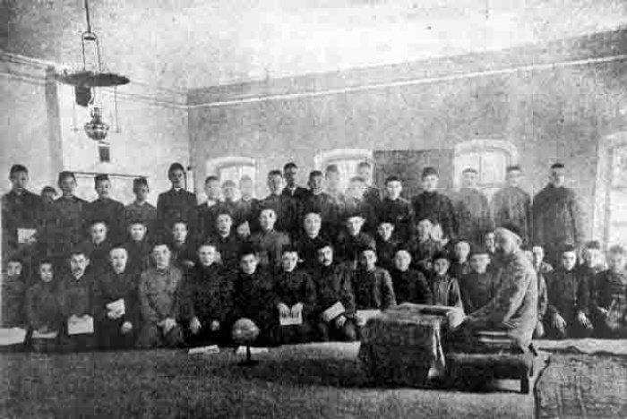 Преподаватель и шакирды медресе «Нурия». Буинск, начало XX века.