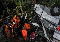 В Индонезии школьный автобус сорвался с обрыва, десятки жертв