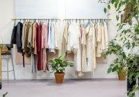 Эксперт рассказала, от каких вещей в гардеробе стоит немедленно избавиться