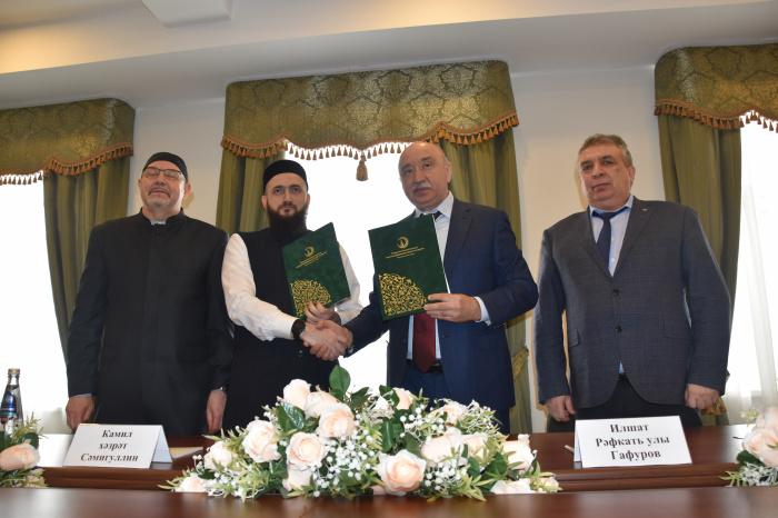 Самигуллин и Гафуров на церемонии подписания документа.