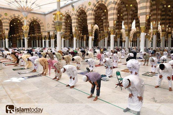 Будет ли читаться коллективный намаз в Аль-Масджид ан-Набави? (Источник фотографий: yandex.ru).
