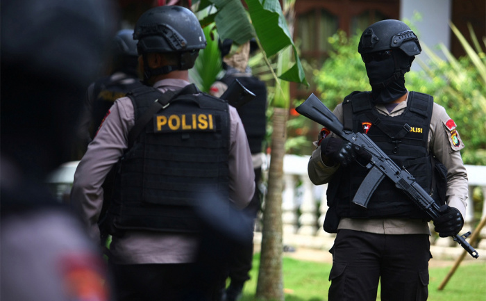В Индонезии возле дома политика нашли бомбу