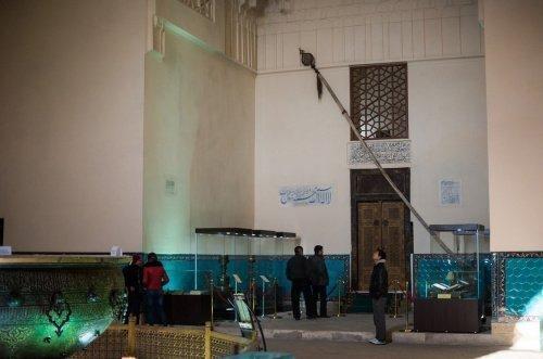 Бунчук с конским хвостом. Вход в усыпальницу с могилой Ахмеда Ясави