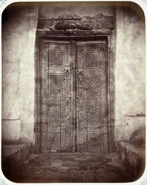 Старинные двери мавзолея (Источник фото: google.com).