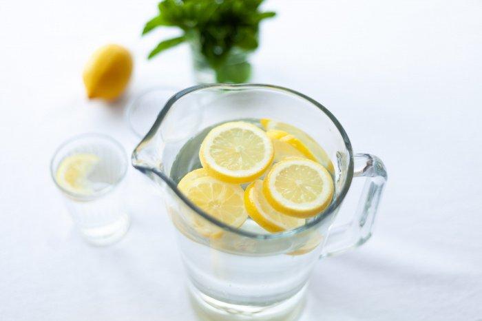 Плач без слез симптом дефицита воды в организме (Фото: unsplash.com).
