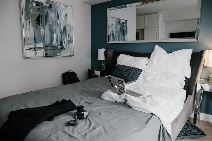 При работе с кровати нарушается гармония мышечно-скелетного комплекса (Фото: unsplash.com).