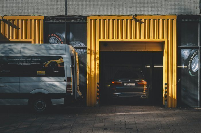 Многим автомобилистам работники навязывают платную чистку ступиц (Фото: unsplash.com).