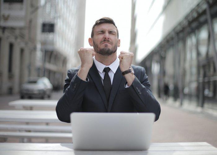 Идеальный мужчина не должен работать таксистом, курьером или дворником (Фото: unsplash.com).