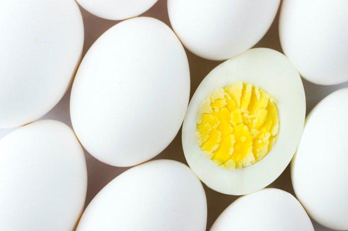 Одно яйцо в среднем содержит 5,51 грамма белка и 68 килокалорий (Фото: unsplash.com).